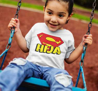 Estupenda camiseta para niñas con el logo de super hija que le encantará vestir para tener una camiseta muy molona que quedará estupenda.