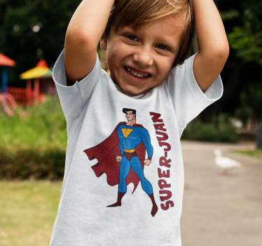 Bonita ilustración en camiseta de superman que podrás tener personalizada con el nombre de los niños de casa Una pieza estupenda para regalar.