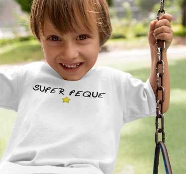 Sencilla y muy divertida camiseta para niños y bebés con el texto Super-peque y una estrella amarilla que complementa el diseño