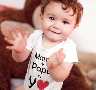 Body para bebé con el mensaje Mamá + Papá = Yo, un divertido diseño que quedará estupendo al más pequeño del hogar Muestra a todos quién es tu hijo.
