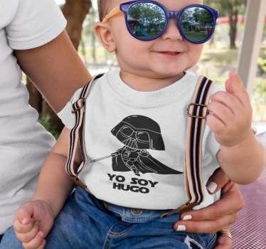 """Body o camiseta de star wars para bebé con un mini darth vader y la frase """"Yo soy…"""" que está acompañada del nombre de tu hijo o hija."""