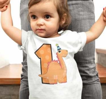 Maglietta di compleanno del bambino dinosauro carino. Scegli con la piccola della casa la maglietta che vestirà il giorno del suo compleanno.