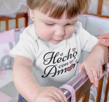 """Original camiseta para bebé con el mensaje """"hecho con amor"""" para que todos sepan lo mucho que quieres a tus hijos. Un producto de primera calidad"""