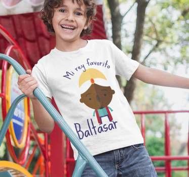 """Camiseta original de navidad con el texto """"Mi rey favorito es baltasar"""" para que los peques reciban a los reyes magos de la mejor forma."""