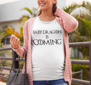 """宝座游戏系列的热情母亲和怀孕的有趣的母亲t恤。这件t恤上的信息是""""婴儿龙来了""""。"""