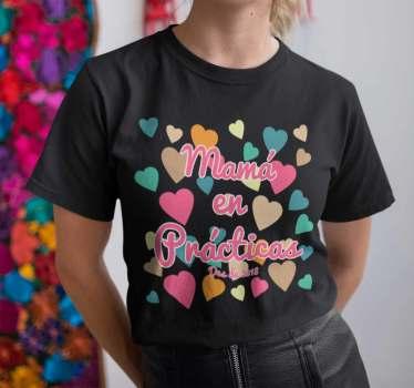 """Camiseta para madres con el mensaje """"Mamá en prácticas"""" para mostrar a todos que vas a tener un pequeño retoño o que ya lo tienes y aún estás aprendiendo."""