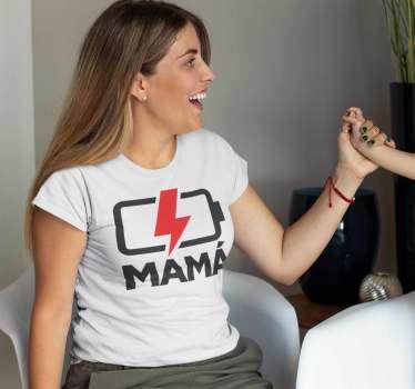 La camiseta mamá sin pilas es un diseño que no puede faltar en el armario de cualquier madre, se la puedes regalar o te la puedes comprar.