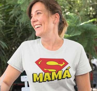 Una camiseta para super madres que desempeñan centenares de labores al dia. Este diseño está formado por la palabra Mamá y el símbolo de Superman