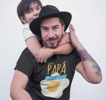 """Camiseta especial para el día del padre con un divertido diseño con el mensaje """"Este papá mola un huevo"""", un diseño original y bonito."""