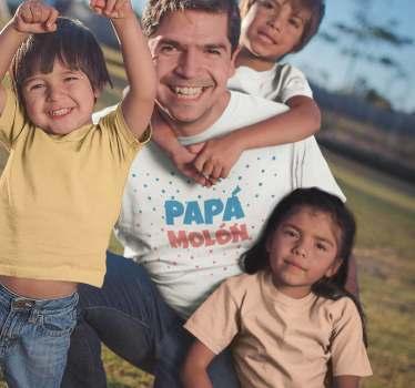 """Camiseta colorida para padres con el mensaje """"Papá Molón"""" para regalar en el día del padre y mostrar el cariño de los de casa. un diseño original."""