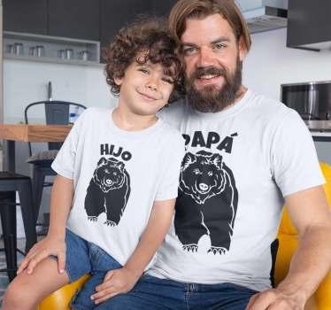 La camiseta papá oso e hijo oso hará que sea divertido llevar estas prendas, un diseño de un feroz oso con unas grandes garras y el texto papá e hijo