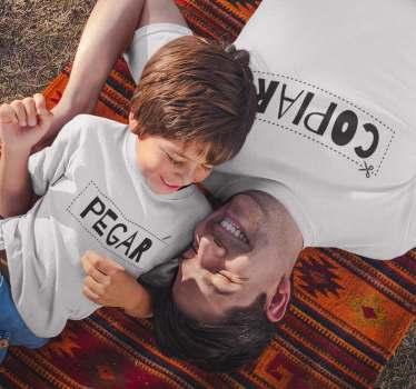 Camisetas bonito y sobrio para padres e hijos o madres e hijos con el texto copiar en el diseño adulto y la palabra pegar en el diseño infantil