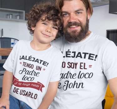 Conjunto de camisetas padre loco e hijo del padre loco. Podrás personalizar con el nombre del niño o niña. Un producto de primera calidad