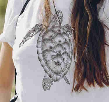 Camiseta de mujer en blanco y negro dibujada a mano con finos acabados. Camiseta de tortuga que tiene un diseño único ¡Envío a domicilio!