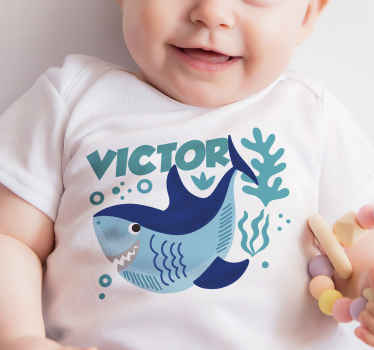 T-shirt for babies with shark design and customisable name. It is available in different sizes, easy to use and of good quality.
