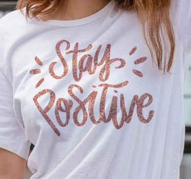 Koop ons casual 'stay positive' t-shirt met motiverende tekst om te genieten van u eenvoudige uitje. Het is gemakkelijk schoon te maken en verkrijgbaar in verschillende maten en kleuren.
