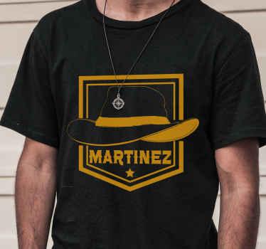 Un t-shirt personnalisé chapeau de cow-boy. Ce t-shirt original est imprimé avec le design d'un chapeau de cow-boy et il est personnalisable avec n'importe quel nom.
