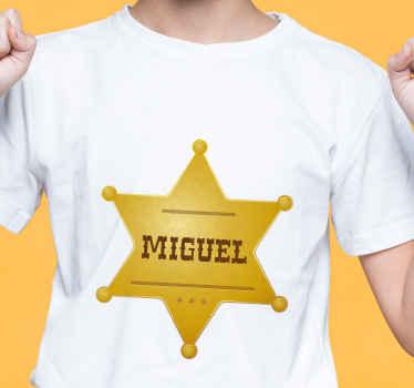 Diseño de camiseta con insignia de estrella dorada con nombre personalizado para lucirse como oficial del sheriff ¡Compra online!