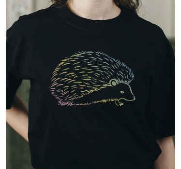 Un t-shirt simple avec un hérisson coloré que vous pourrez porter avec toutes vos tenues. Il est facile à entretenir et disponible en différentes tailles.