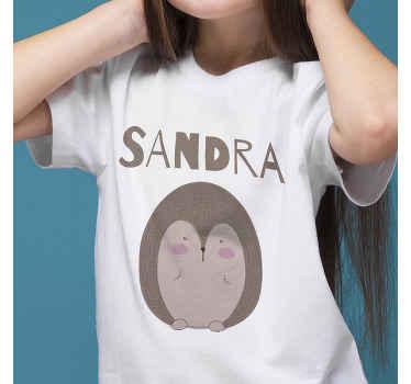 T-shirt hérisson sur lequel vous pouvez personnaliser un prénom. Ce t-shirt simple est conçu avec un hérisson avec un nom personnalisable. Il est disponible en différentes tailles.