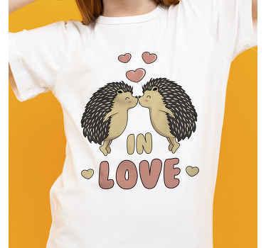 T-shirt simple est conçu avec deux hérissons qui s'embrassent et un texte dessus qui dit «amoureux». Il est facile à nettoyer et agréable à porter.