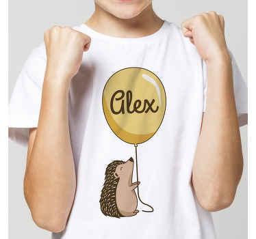 Personalice la camiseta con nombre diseñada con puercoespín infantil sujetando un globo en el que irá el nombre que desees ¡Envío a domicilio!