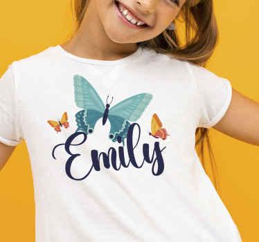 T-shirt personnalisé incroyable pour votre jeune enfant. Il est personnalisable avec le nom et il a des papillons multicolores imprimés dessus