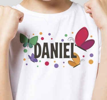Beau t-shirt personnalisé pour enfants pour les jeunes enfants. Il est personnalisable avec le nom et il a des papillons multicolores imprimés dessus.