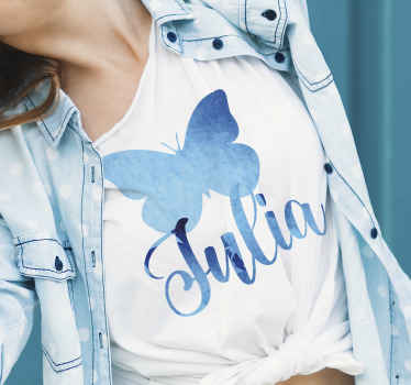 Beau t-shirt à sticker papillon bleu pour femme! La conception est personnalisable avec n'importe quel nom de choix. Facile à entretenir et original.