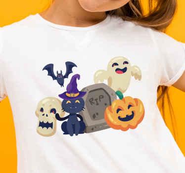 Divertida camiseta infantil de Halloween con símbolos que representan calabaza, fantasma, tumba, bruja, murciélago volador y calavera.