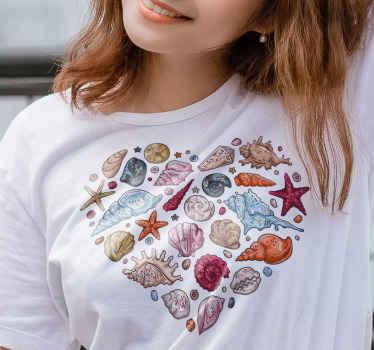 Una fantástica camiseta con diseño de corazón de conchas marinas y estrellas de mar para añadir a tu armario ¡Elige tu talla y color!