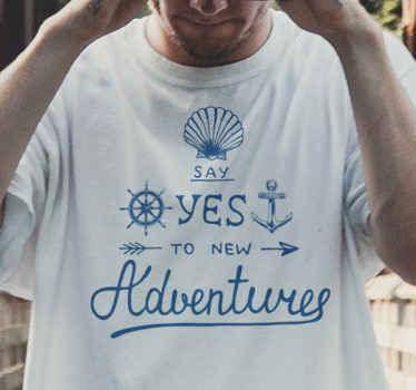 Una camiseta de di sí a las nuevas aventuras con objetos marinos para que todos sepan que estás listo para nuevas aventuras.