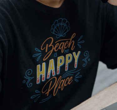 """Una camiseta con frase motivadora que cita """"playa lugar feliz"""" para lucir durante el verano. Elige la talla que desees ¡Envío exprés!"""