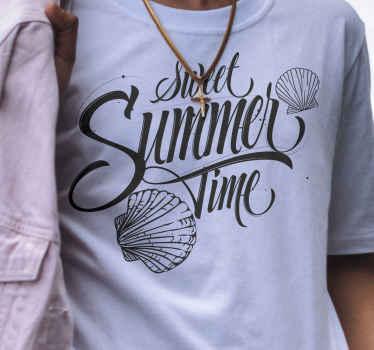 Une tenue parfaite à porter en été. T-shirt doux de coquillages de texte d'heure d'été pour avoir une belle tenue à montrer à tout le monde.