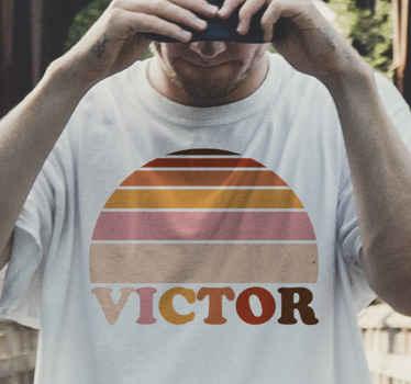 Un t-shirt coloré personnalisé de rayures de coucher de soleil! Ajoutez-en plus si vous souhaitez faire des tenues assorties avec votre famille, vos amis ou votre couple.