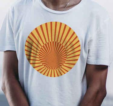 T-shirt vintage qui présente un design classique des années 70 d'un soleil rayé en jaune et orange. Disponible en différentes tailles.