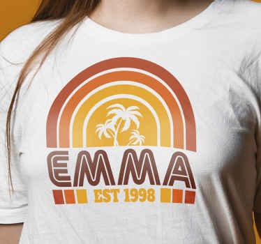 T-shirt rétro qui présente un coucher de soleil des années 70 et des palmiers avec votre nom et votre année de naissance en dessous.