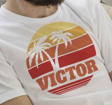 Un t-shirt original de coucher de soleil coloré avec des rayures et des palmiers avec n'importe quel nom dessus! Un article unique à ajouter à votre garde-robe!