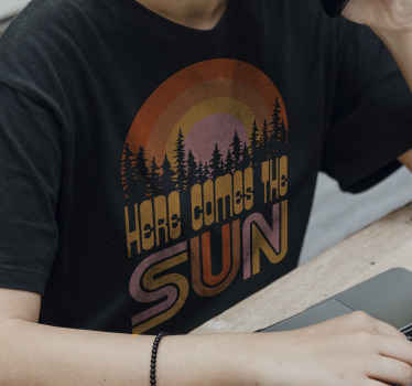 Voici le t-shirt soleil avec des arbres et un coucher de soleil coloré pour bercer votre tenue cet été. Tailles hommes et femmes disponibles!