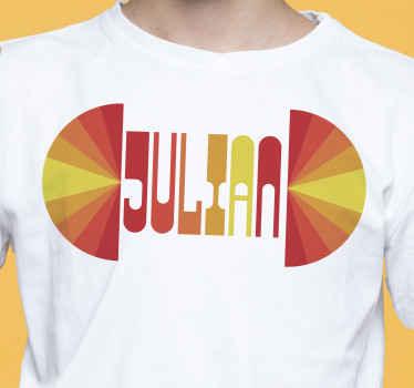 Rendez vos tenues plus qu'originales que jamais en ajoutant votre nom sur ce t-shirt de coucher de soleil vintage nom personnalisable plein de couleurs intenses.