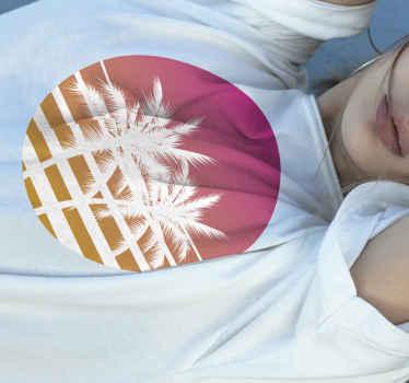 Portez ce t-shirt soleil rond orange et rose avec des palmiers et des rayures pour un look original et étonnant pendant l'été.