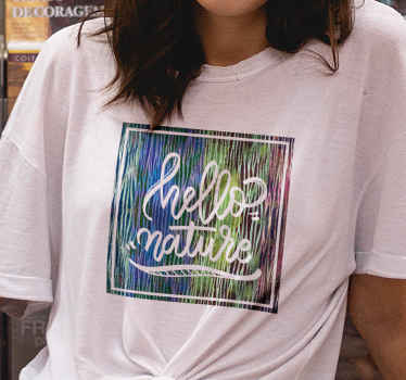 """Camiseta de cebra que presenta el texto """"hola naturaleza"""" sobre un fondo con estampado de cebra. Hecho a medida ¡Descuentos disponibles!"""