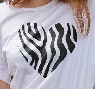 Camiseta con estampado de cebra que presenta la imagen de un corazón con estampado de cebra en el interior. Materiales de calidad ¡Elige tu talla!