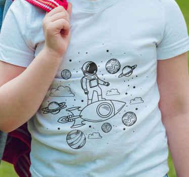 Gezegenler ve yıldızlarla çevrili bir roket üzerindeki bir uzay adamının sevimli görüntüsünü içeren uzay tişörtü. % 10 indirim için kaydolun.