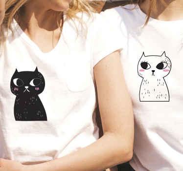 Ensemble de t-shirt couple qui comporte deux photos de chats, une en noir et une en blanc avec des visages mignons de bande dessinée.
