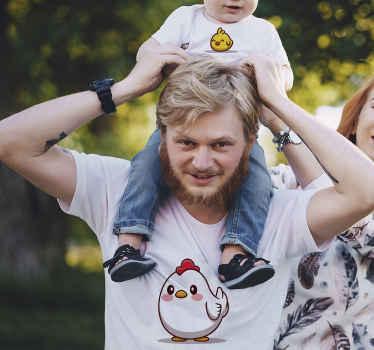 Ensemble de t-shirt assorti qui comporte une image d'un poulet pour le t-shirt adulte et d'un poussin sur le t-shirt de l'enfant. Haute qualité.