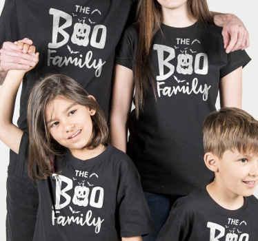 """T-shirts familiares para toda a família com designs de halloween com o texto """"a família boo"""" ideais para usar em festas de halloween ou em qualquer ocasião."""