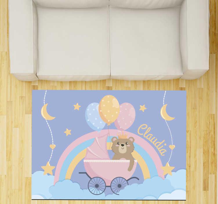 TenVinilo. Alfombra de vinilo bebé oso con nombre. Adorable alfombra de vinilo de bebé con nombre con un bonito oso para decorar su cuarto. Producto de primera calidad, antideslizante y resistente