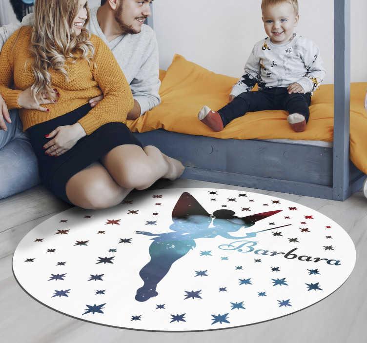 TenStickers. Tapis vinyl fée avec nom. Ce tapis circulaire en vinyl est tout simplement parfait, il montre le design d'une fée volante au milieu qui est entourée de beaucoup de petites étoiles.