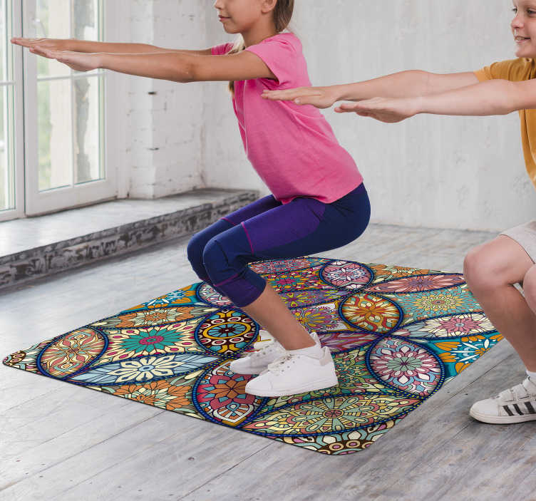 TenStickers. 曼荼罗全彩色乙烯基地毯. 您想装饰得更开朗吗?在这里,您可以找到解决方案,这款颜色不同的花卉曼陀罗地毯非常适合您!